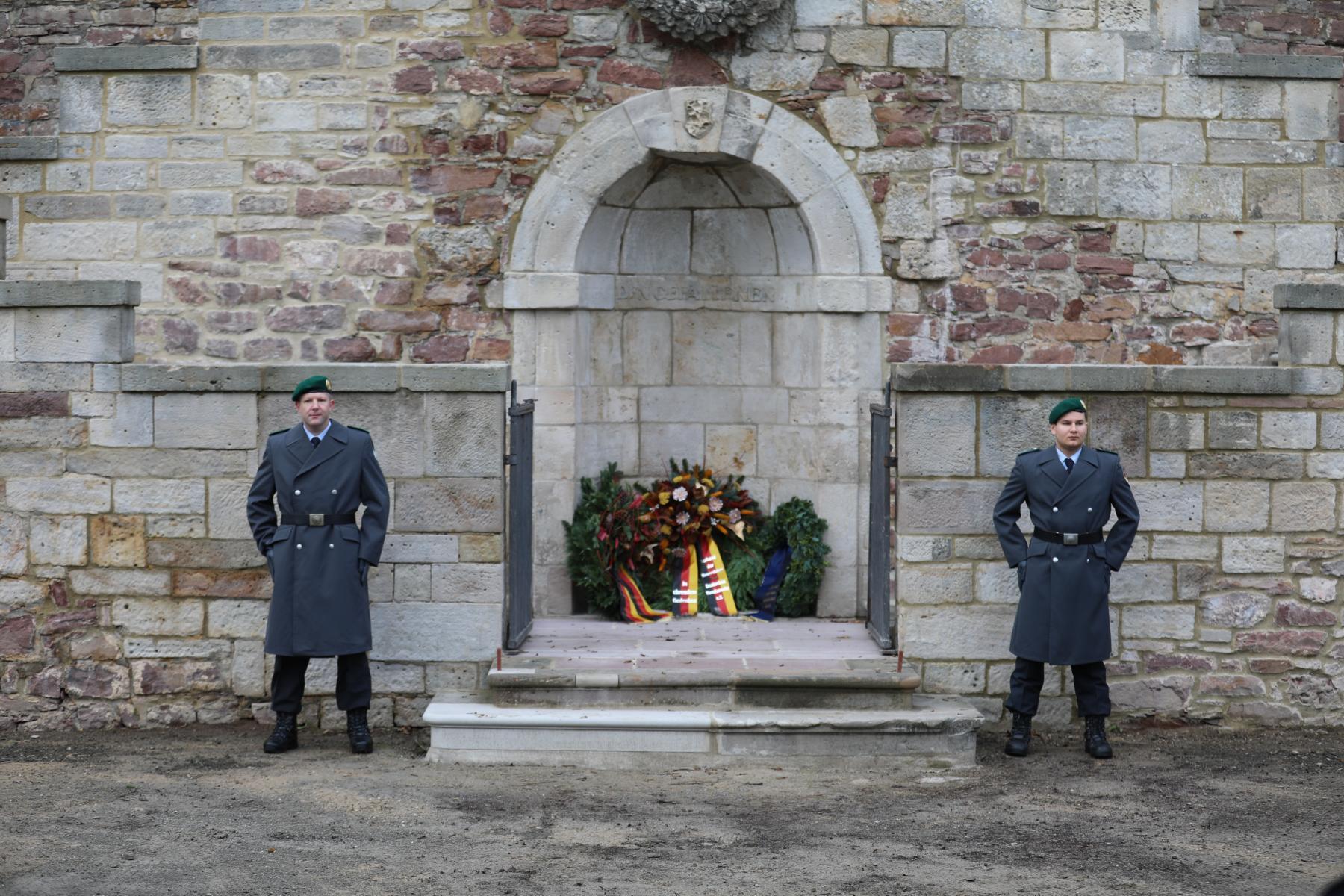 Ehrenposten vor dem Ehrenmal in der Karlsaue