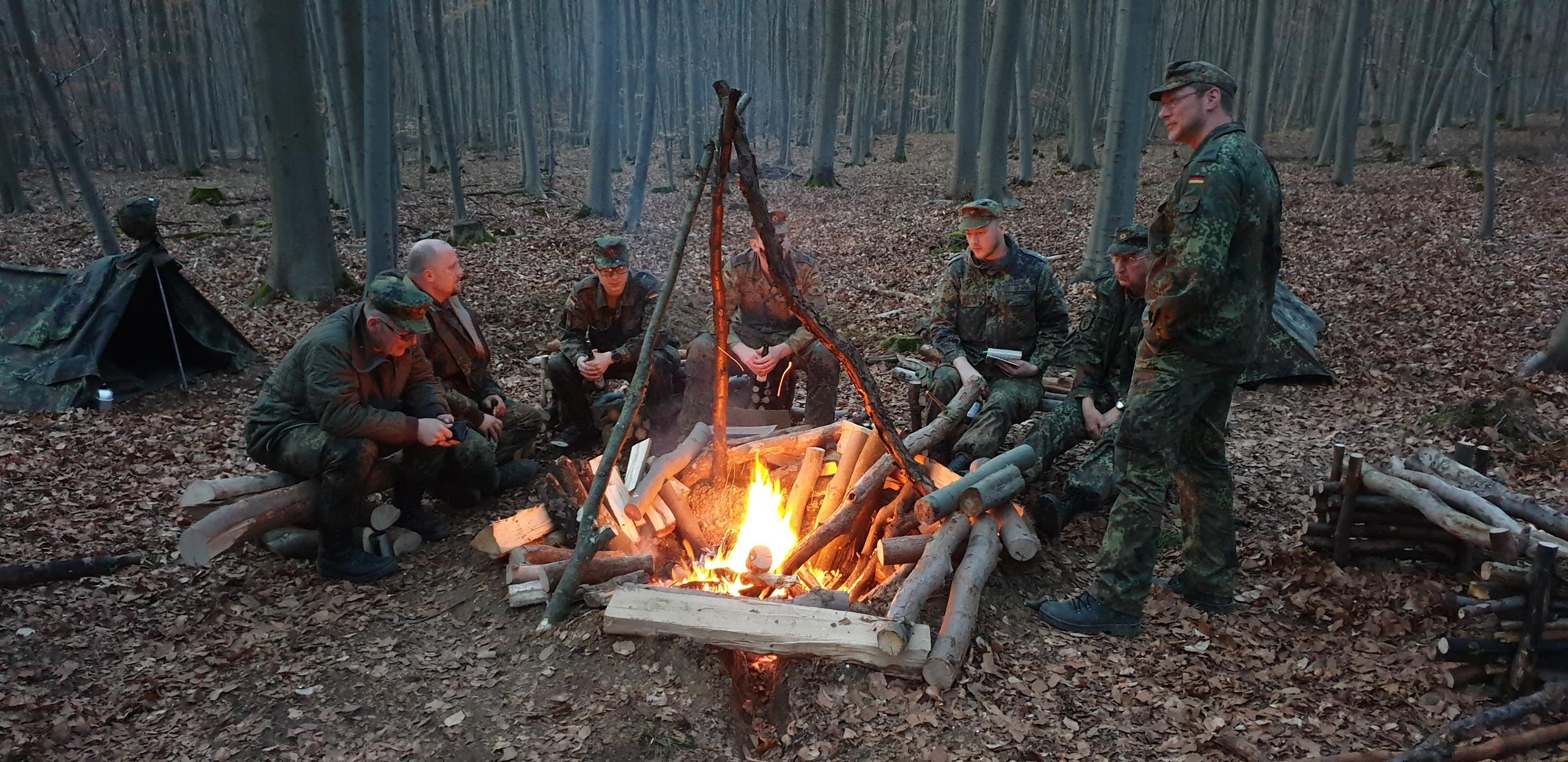 Kameradschaftsabend am Biwakfeuer nach erfolgreicher Ausbildung