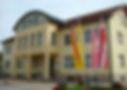 Gemeindehaus von Straße gesehen