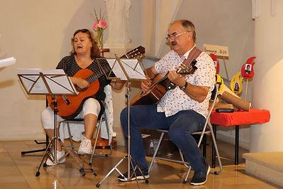 Direktor und Lehrerin mit Gitarren