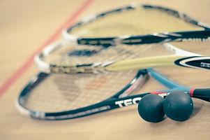Squash-Schläger mit Bällen