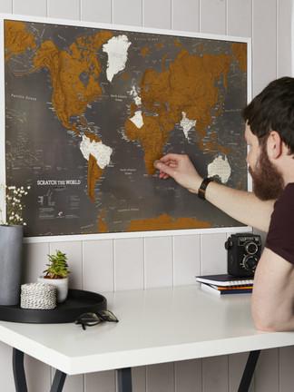 كأن تشارك مُحب السفر اهتمامه، و تهديه لوحة ليذكرك فيها كلّما شطب دولةً زارها.  رابط المتجر: