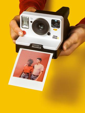 ولأن تفاصيل اللحظات السعيدة تتلاشى من الذاكرة، و لكن الصورة غير ذلك تمامًا، إنها تزداد قوةً كلما رأيناها، كلما مرّ الزمن و أصبحت أقدم.  كاميرا  Polarid OneStep 2 الفورية بدقّة تصويرعالية يمكن الحصول عليها من:
