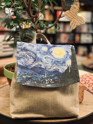 حقائب قماشية مصنوعة من الكتان العضوي الطبيعي  مطبوع عليها لوحات فنّية مثل لوحة ليلة النجوم لفان جوخ.  :رابط المتجر