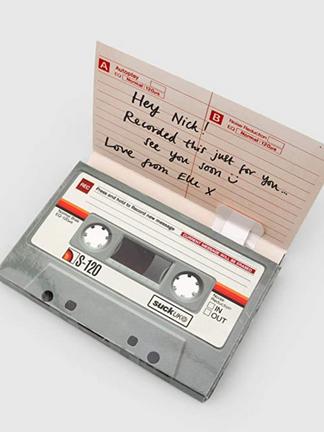"""لأن حضور الصوت أفصح بيانًا من آلاف الكلمات المكتوب، وكما يقول ابن خطيب:  """"لكن إذا فاتَ المحبَّ لقاءُ مَن يهوى، تعلّل باستماعِ حديثهِ""""  بطاقة إهداء تمكّنك من تسجيل صوتك فيها.  رابط المتجر:"""