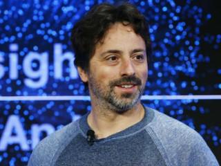 Cofundador do Google, Sergey Brin trabalha em dirigível nas instalações da NASA.