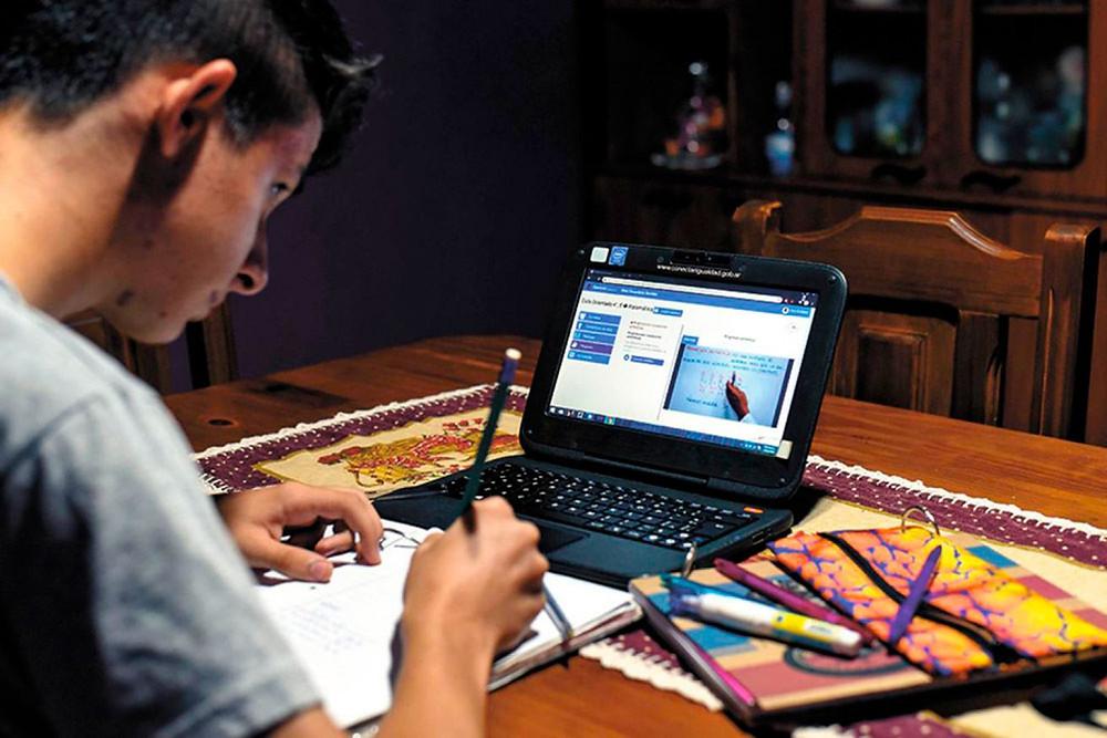 Cientos de escuelas y universidades en la región han adaptado sus planes educativos para desarrollar sus clases en línea - Fotografía cortesía