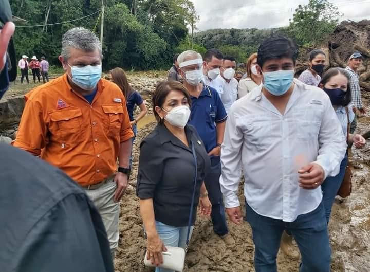 El Presidente de Costa Rica, Carlos Alvarado, visitó las zonas afectadas por las fuertes lluvias generadas por Eta - Fotografía de Presidencia de Costa Rica