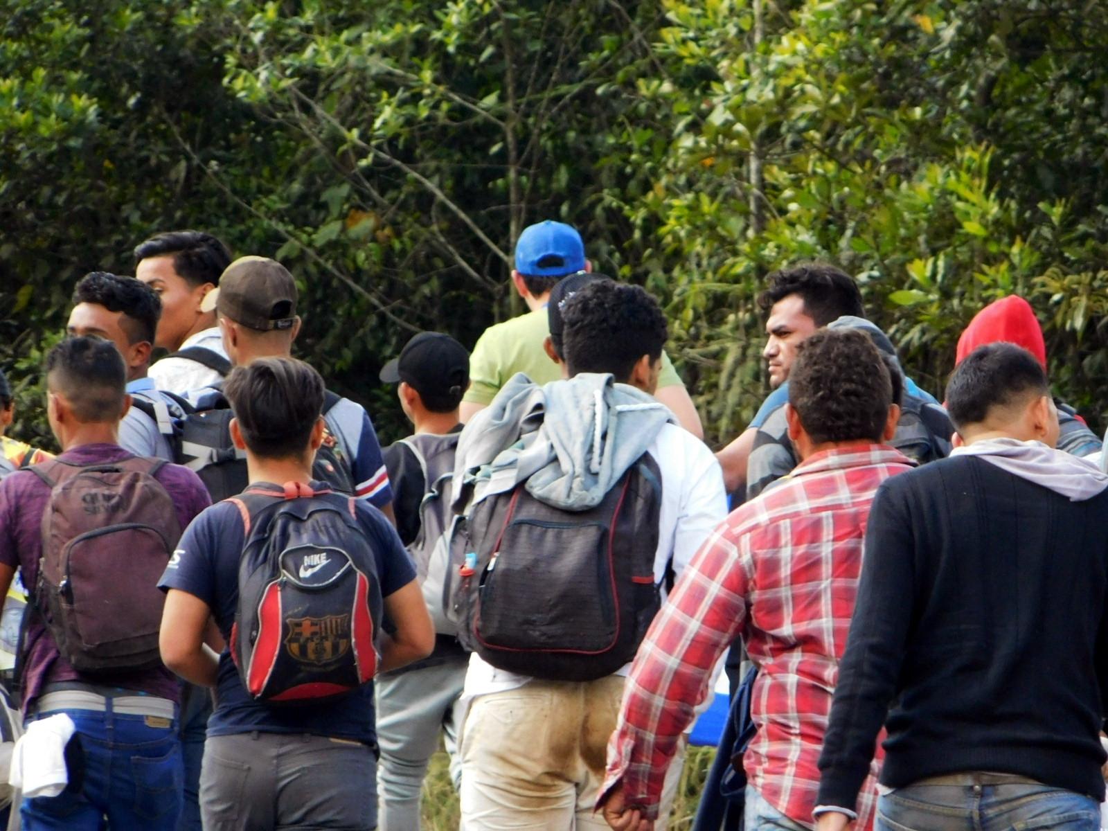 Recorrer la ruta migratoria es un acto de valentía. Las caravanas son utilizadas por muchas personas para disminuir riesgos y aporyarse mutuamente, debido a que la ruta es larga y peligrosa.