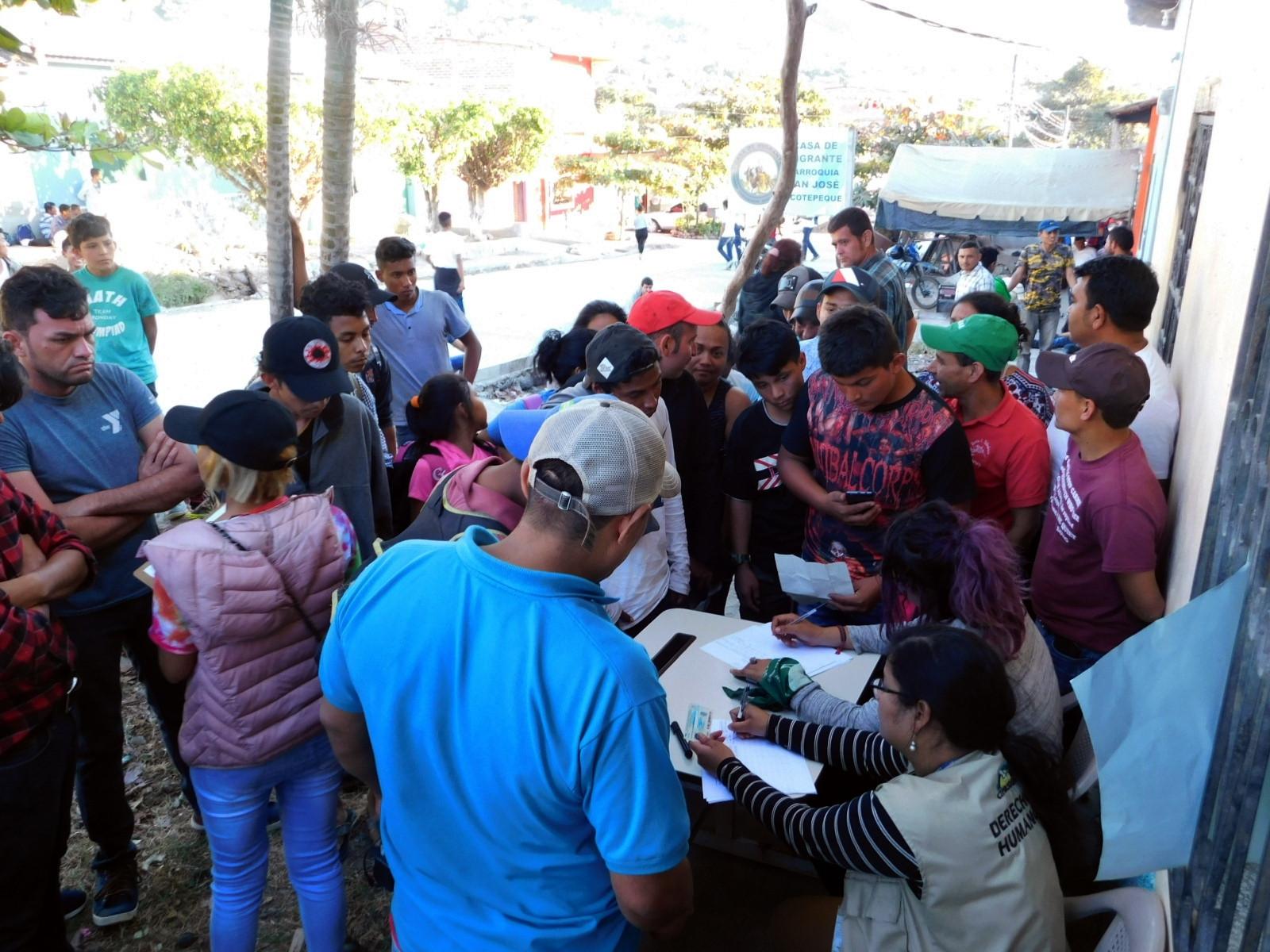 Defensores de derechos humanos acompañan las caravanas y recopilan información sobre las razones o el motivo de abandono del país. La persecución política es una de las causas que ha ido en aumento.