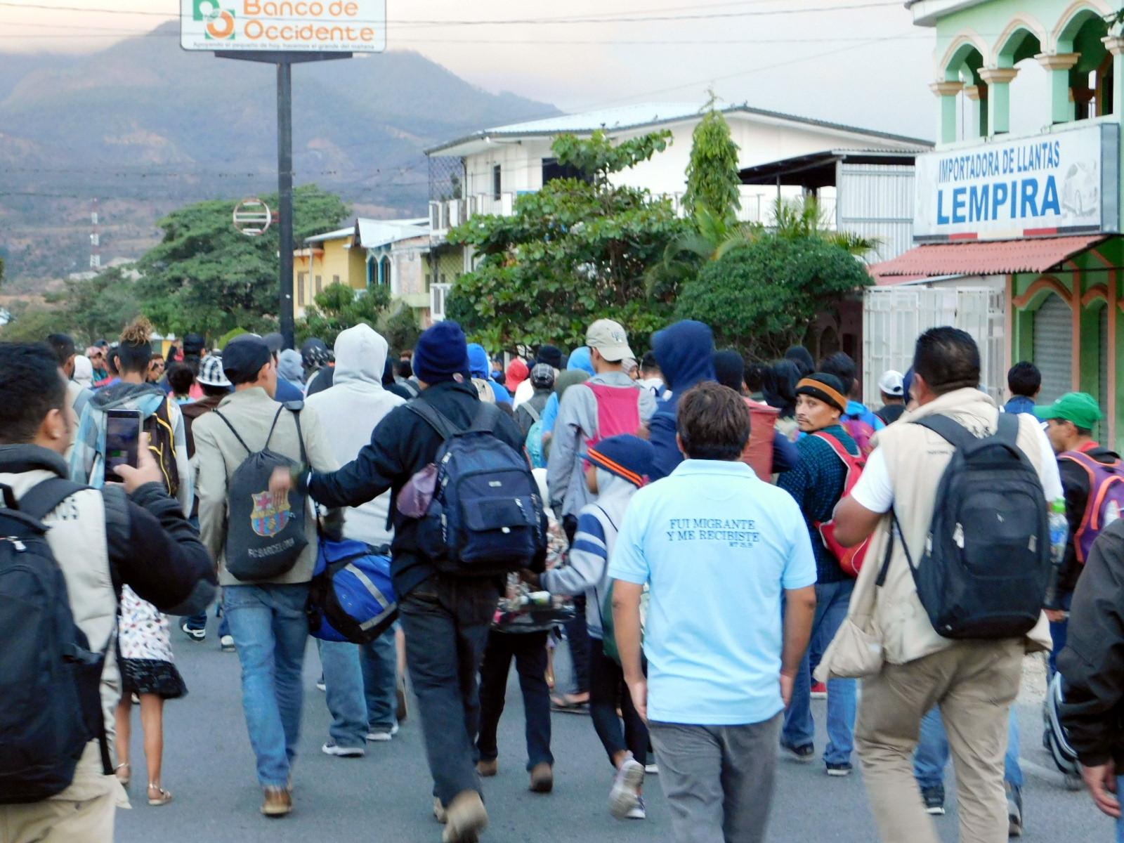 Al igual que muchas personas, el equipo de Coyuntura fue bajado de un autobus para ser registrado por la Policía de Honduras en el trayecto de la caravana que tenía como objetivo el norte del continente.