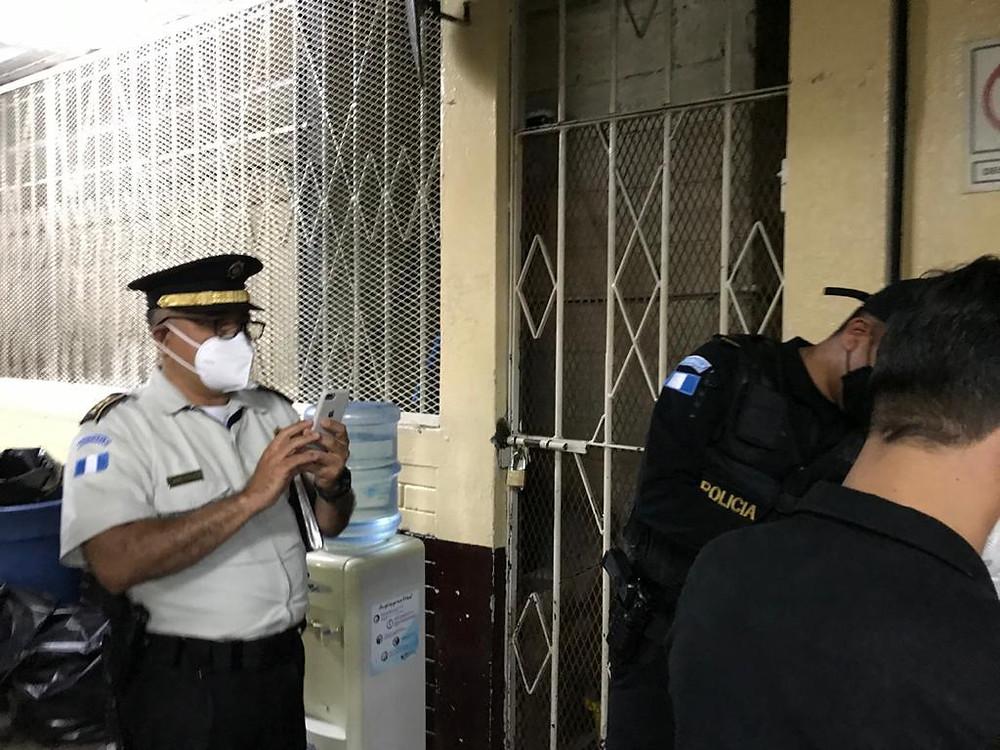 Danni Estrada, Jefe del Centro Antipandillas Transnacional (CAT), a la izquierda de la imagen, el pasado 11 de septiembre, fotografiando al periodista Sonny Figueroa (de espaldas a la derecha del cuadro) - Fotografía de Marvin del Cid