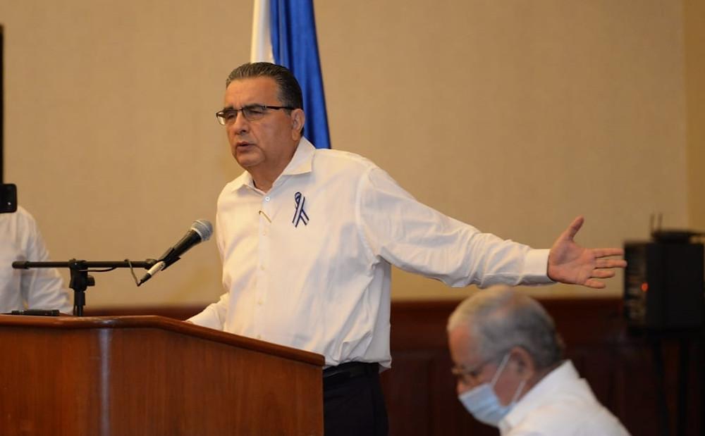 El académico Ernesto Medina durante la lectura de una proclama de la Coalición Nacional en septiembre de este año | Fotografía de La Prensa por Oscar Navarrete