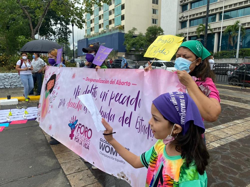 Un grupo de mujeres trans y cisgénero se reunió este 08 de marzo de 2021 en el parque central de San Pedro Sula para conmemorar el Día Internacional de la Mujer | Fotografía de Agencia Presentes por Dunia Orellana