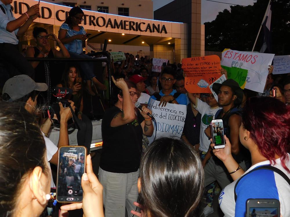 """Gaby """"Vaca"""" y jóvenes que exigían respuestas y acciones para Indio-Maíz - Fotografía de Juan Daniel Treminio / Coyuntura"""