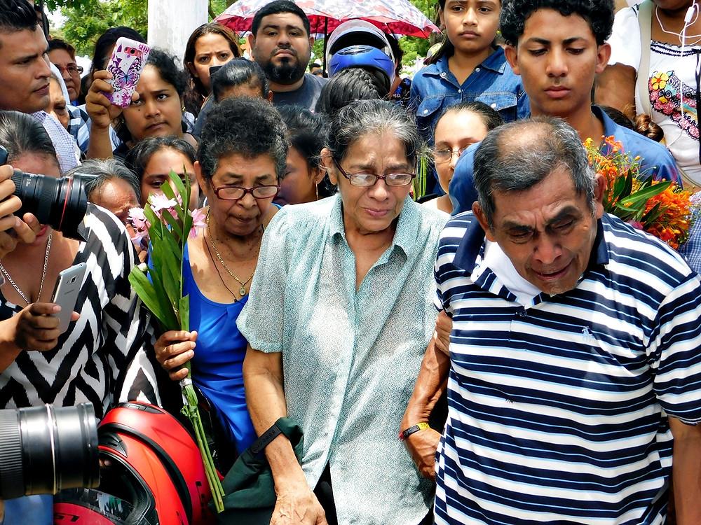 Familia del niño Tyler Lorío en su funeral - Fotografía de Juan Daniel Treminio
