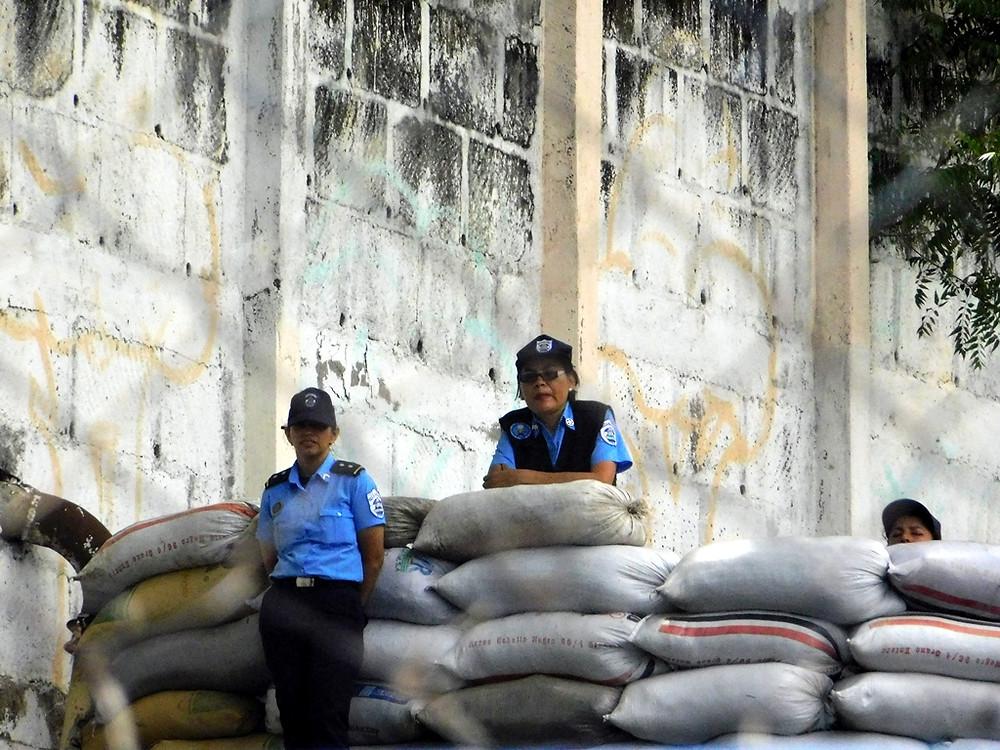 """Policías resguardando """"El Chipote"""" - Fotografía de Jairo Videa"""