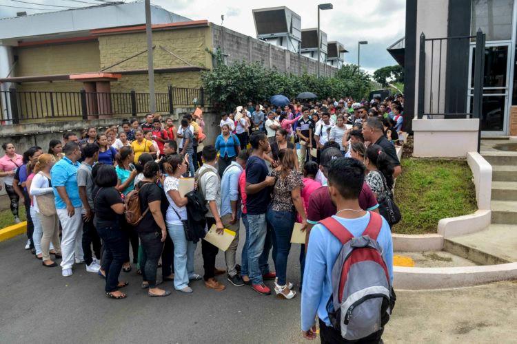 Las filas en las ferias laborales demuestran la realidad del país y su juventud / Fotografía de La Prensa por J. Flores