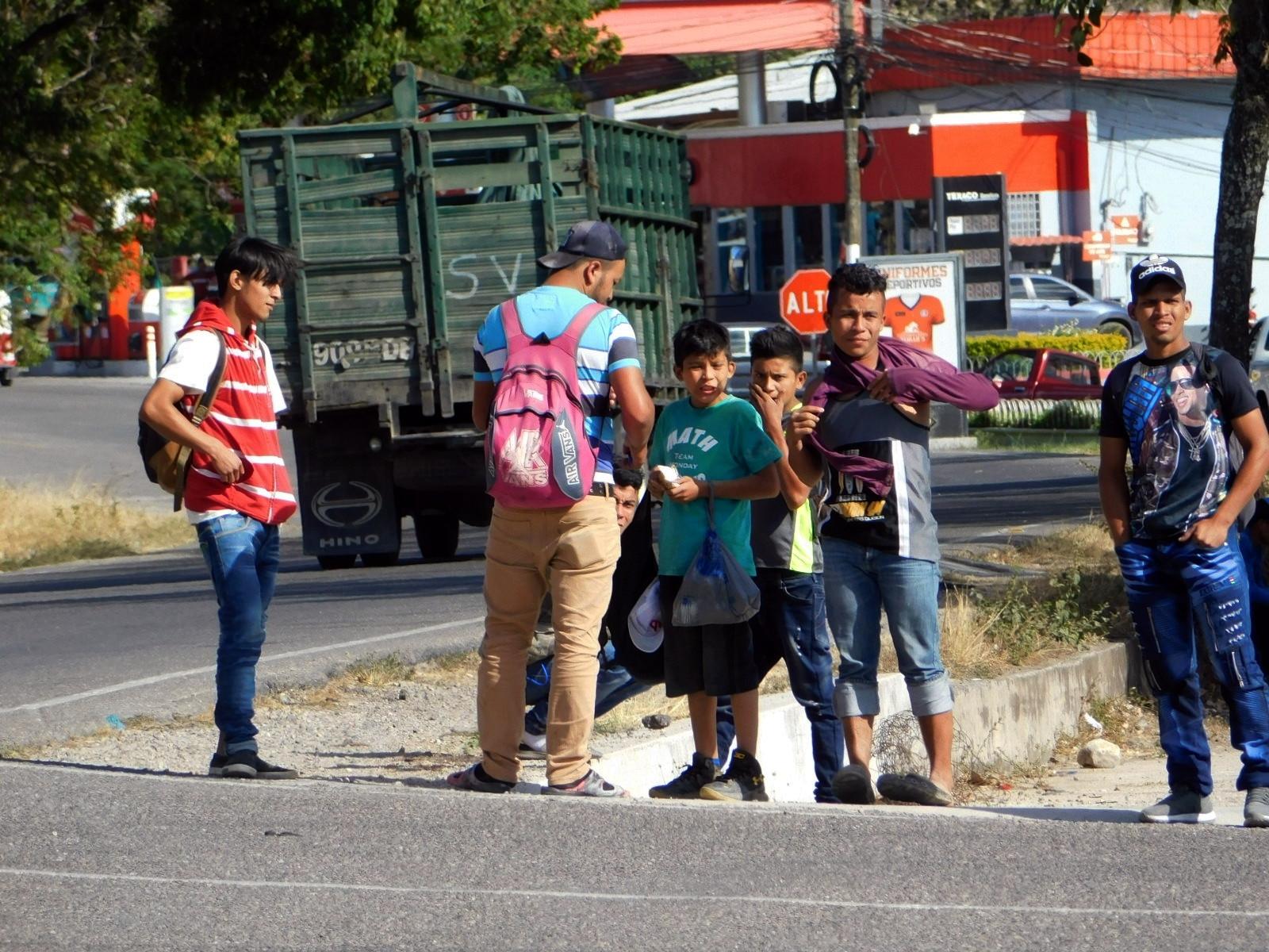 """Muchos menores de edad son parte de las caravanas; algunos caminan solos o acompañados de sus padres. """"Los niños, niñas y adolescentes migrantes siguen necesitando ayuda para garantizar su protección y bienestar"""", dijo la UNICEF en un comunicado."""