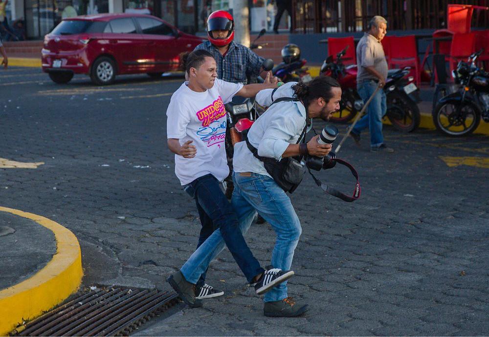 Nicaragüenses protestan en contra de las reformas del INSS y orteguistas agreden sin pudor