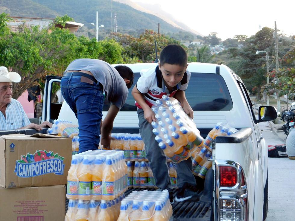 Muchas familias, organizaciones y pequeños negocios se solidarizan con las personas en las caravanas y comparten víveres, comida, ropa e incluso espacios para dormir o ducharse.