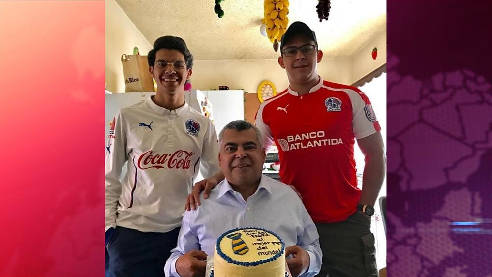 El periodista y presentador Pablo Matamoros en vida junto a sus hijos - Fotografía cortesía