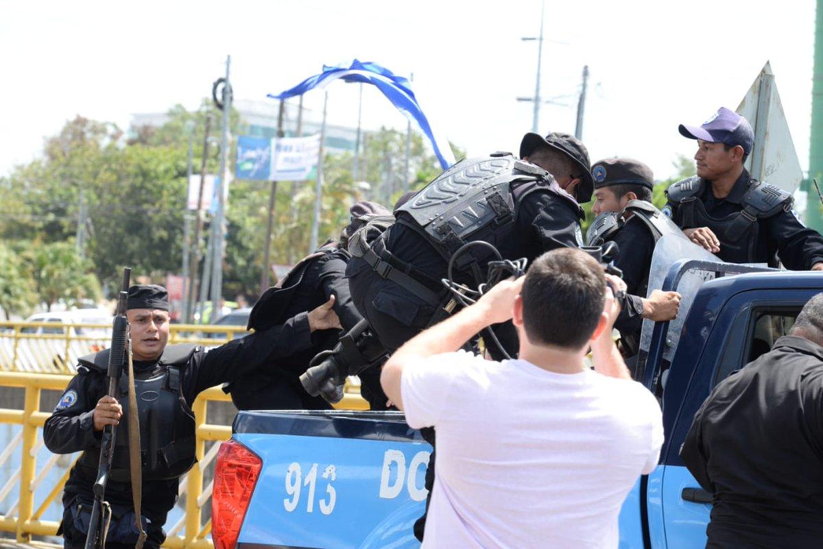 Instantes en que la ciudadana fue obligada a subirse a la patrulla policial de forma violenta