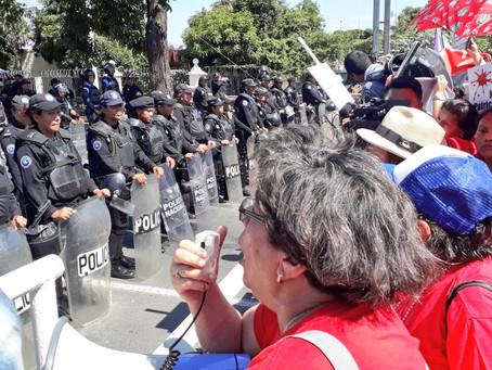 Mujeres nicaragüenses protestan contra la violencia bajo presión policial