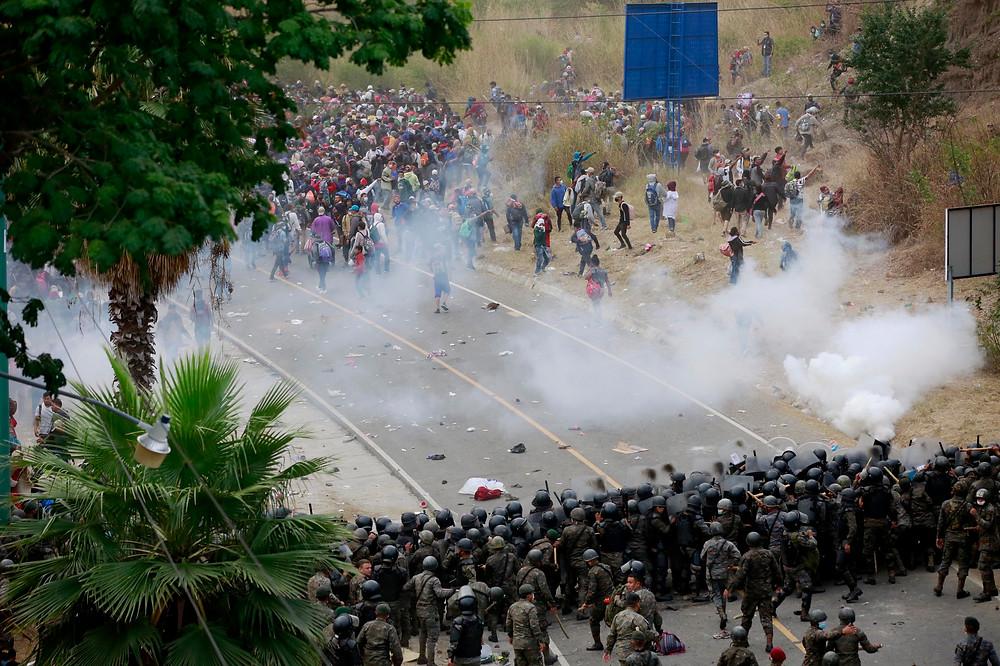 Unos dos mil policías y militares guatemaltecos intentan frenar en la frontera a la masa imparable de migrantes hondureños que lucha por abrirse paso por el país rumbo a Estados Unidos | Fotografía de EFE por Esteban Biba