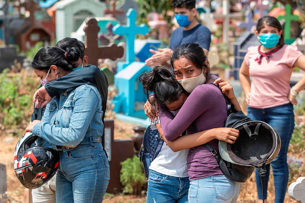 Entierro de una persona fallecida por coronavirus en Nicaragua - Fotografía de AFP