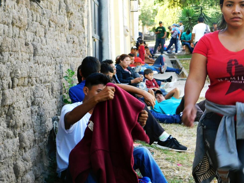 La Casa del Migrante en Ocotepeque, Honduras, sirve como refugio para muchas personas que necesitan descanso antes de cruzar la frontera hacia Guatemala. Sacerdotes y monjas ayudan a organizar la estadía nocturna en el lugar.