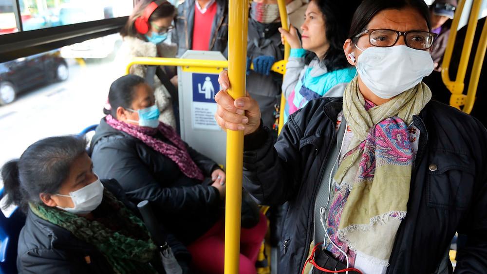 Usuarias del transporte público en Colombia - Fotografía de EFE