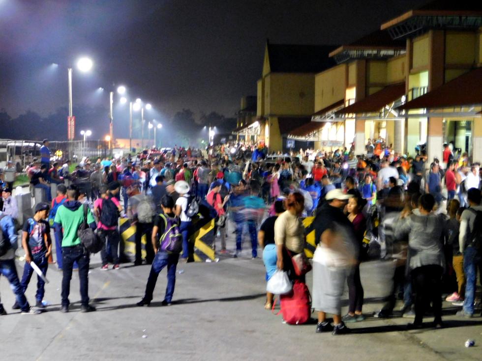 """La caravana de migrantes dio inicio cuando un grupo de personas saliron desde """"La Gran Terminal"""" en San Pedro Sula a las 8:45 PM hacia el norte del continente. Cientos de personas comenzaban el éxodo."""