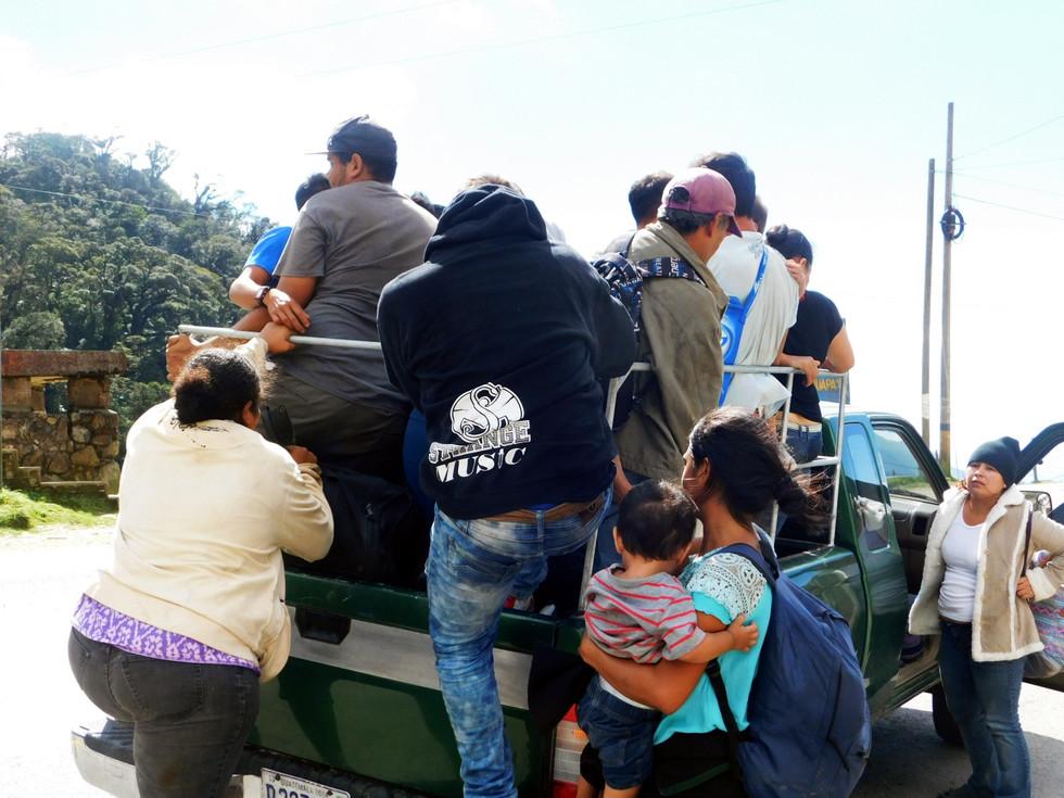 Familias enteras deciden huir de la violencia, la represión, el hambre y desempleo. Así también, muchas madres solteras cargan a sus bebés y las pocas pertenencias que tienen.