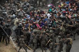 Las fuerzas de seguridad  de Guatemala intentan frenar la caravana de migrantes