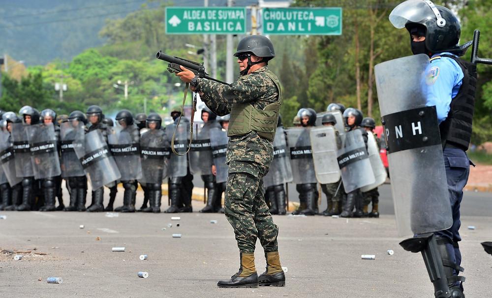 Militares y policías ingresaron a la Universidad Nacional Autónoma de Honduras (UNAH) en junio de 2019, he hirieron al menos a ocho personas que se encontraban manifestando en el recinto en Tegucigalpa - Fotografía de AFP