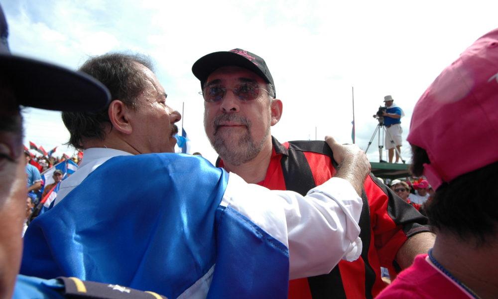 """""""Nicho"""" Marenco, exalcalde de Managua, junto a Daniel Ortega en la Plaza La Fé - Fotografía de La Prensa"""