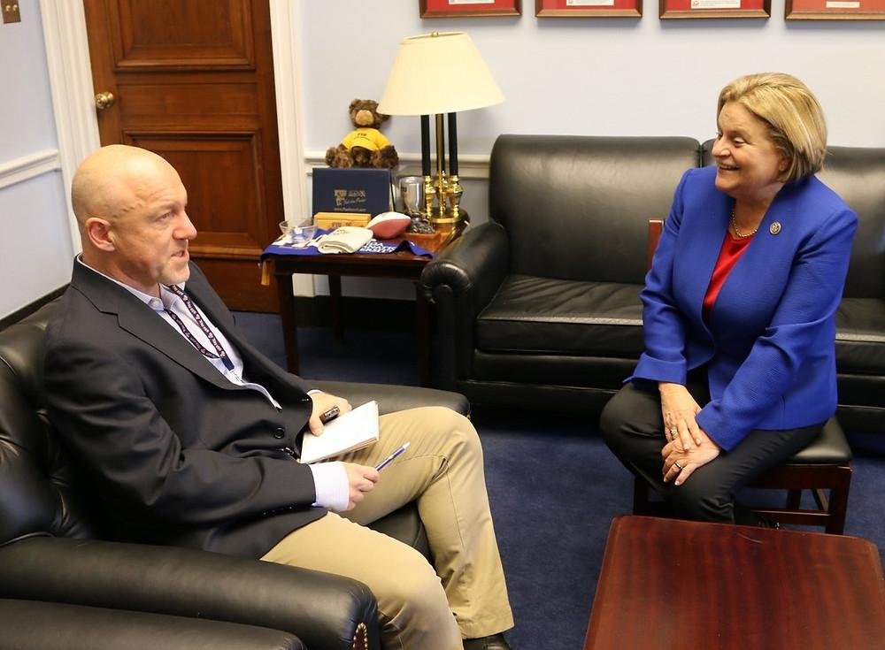 Ileana Ros-Lehtinen, principal promotora de la Ley Nica Act, junto a Mark Leibovich
