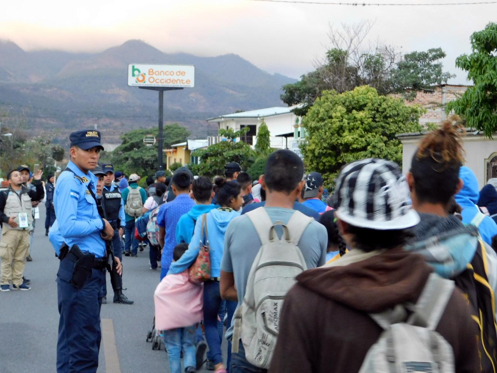 El asedio por parte de la Policía de Honduras y otros países es constante y abrumador. En muchas ocasiones bajan a las personas de los autobuses y fotografían sus identificaciones.