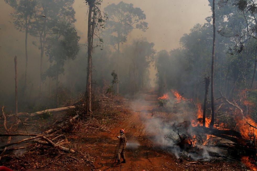 Un bombero de la operación ABAFA Amazonia apaga un incendio en un bosque de la ciudad de Uniao do Sul, en Mato Grosso, el 4 de Septiembre de 2019
