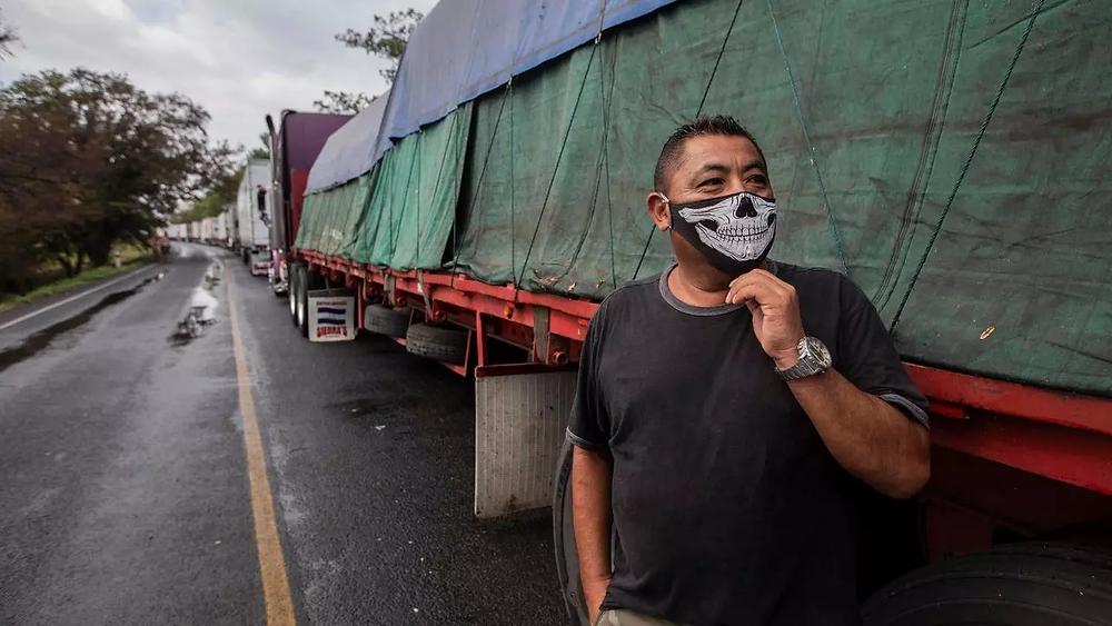 Los conductores del transporte pesado deben hacer largas filas para cruzar la frontera entre Costa Rica y Nicaragua - Fotografía de AFP