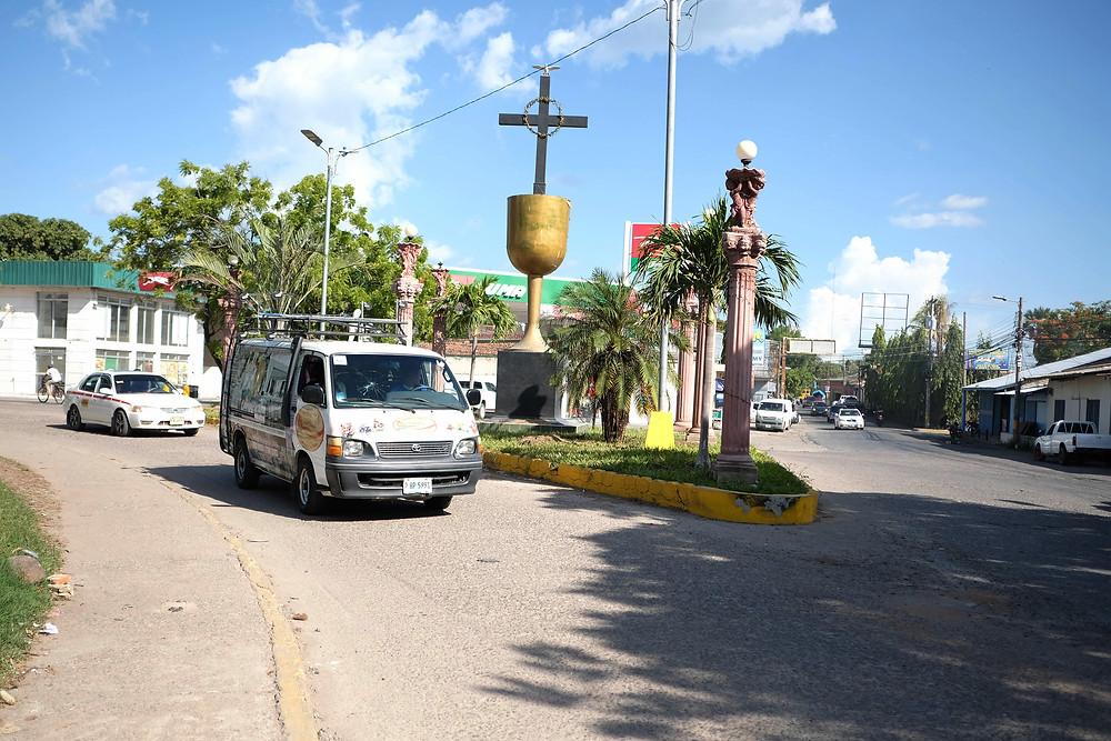 Grupos religiosos ocupando el espacio público como parte del mobiliario municipal en Tegucigalpa   Fotografía de Lado B por Greta Rico