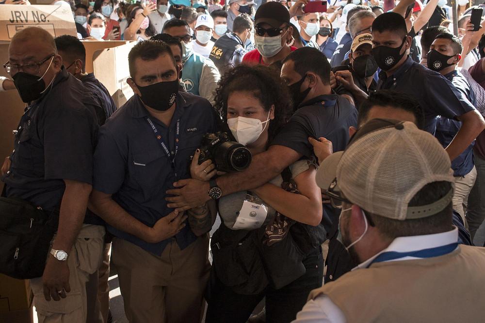 Tras la votación del Presidente Bukele, agentes de su seguridad privada agredieron a la fotoperiodista Jessica Orellana | Fotografía de El Faro por Víctor Peña
