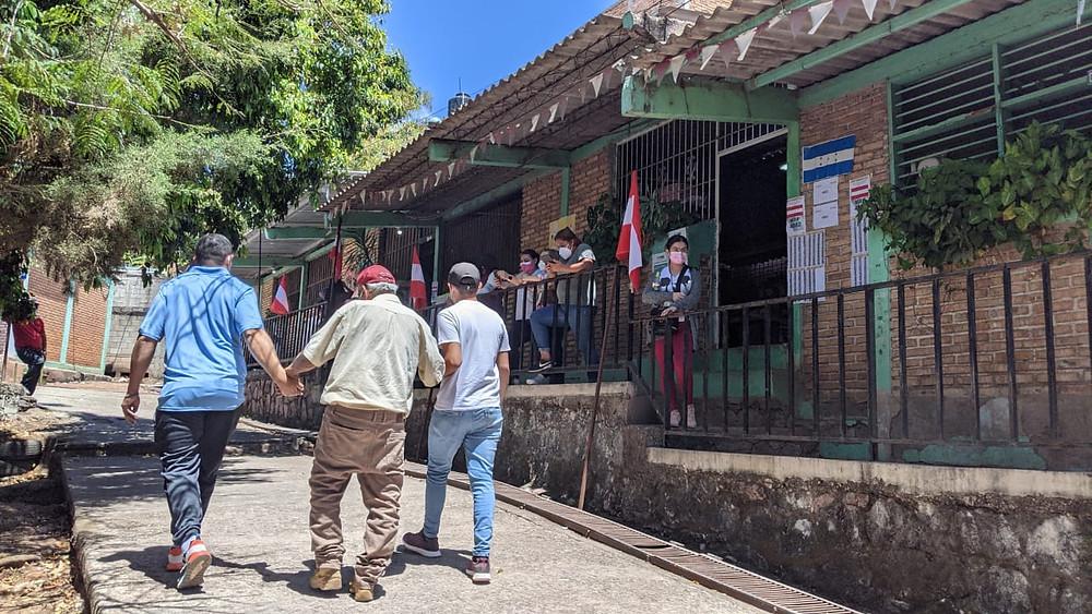 Varios periodistas y medios independientes reportaron una baja afluencia de ciudadanía en las urnas | Fotografía de Coyuntura por Marcia Perdomo