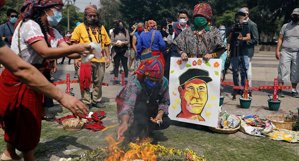 Indígenas maya durante una ceremonia en honor a Qawa' Domingo Choc Ché en la Ciudad de Guatemala, Guatemala - Fotografía de Reuters por Luis Echeverría