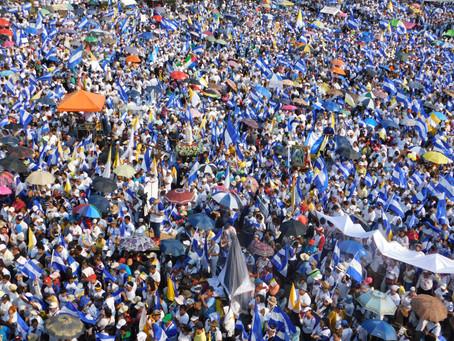 Miles peregrinan por la Paz junto a la Iglesia