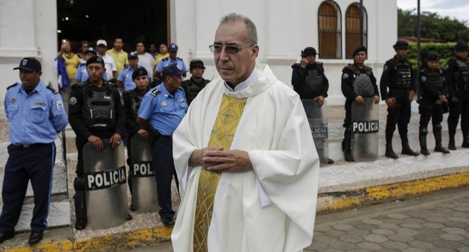 El padre Edwin Román también se encuentra dentro de la iglesia San Miguel de Masaya