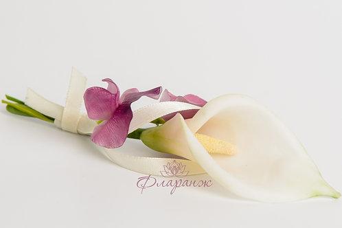"""Бутоньерка """"Цветы каллы и душистого горошка"""""""