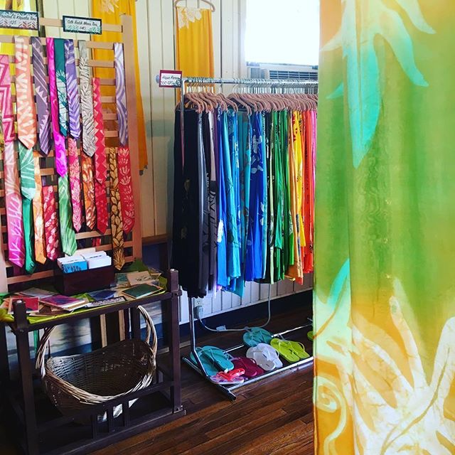 Posted at Kupu A'e Molokai Shop!! Here till 2 #kupuaemolokai#oneofakind#wearableart#pareo#silk#scarv