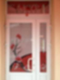 Поклейка витрин перфорированной  рекламной и декоративной пленкой, окон стеклопакетов, офисных стеклянных перегородок в Черкассах